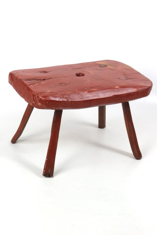 roter hocker aus Holz