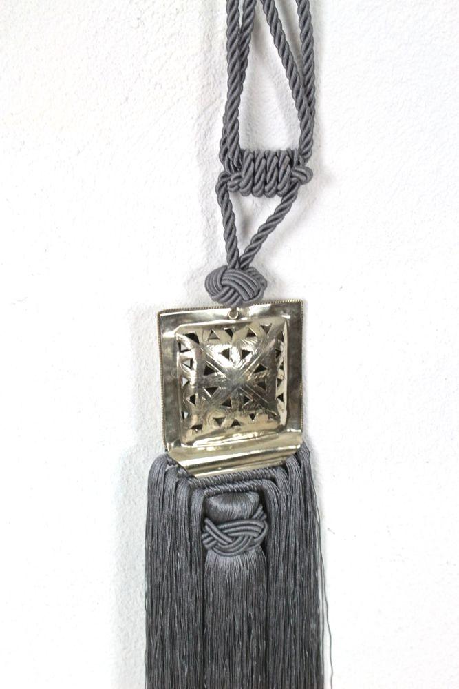 Große Quaste mit Silberschmuck grau