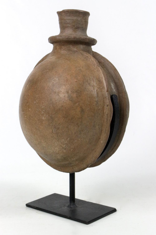 Keramikgefäß auf Metallständer, 35x22x19