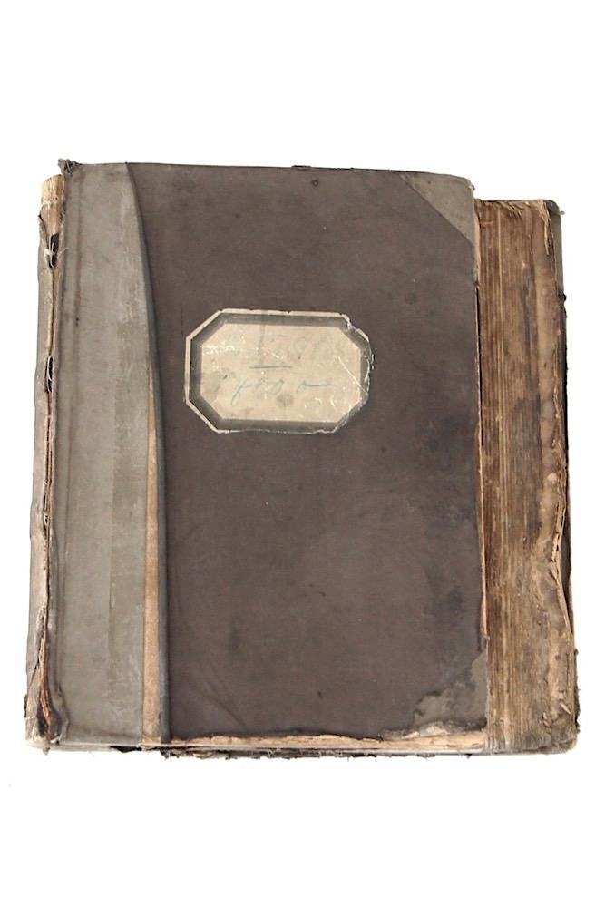 Antikes Buch mit Spitzenmustern