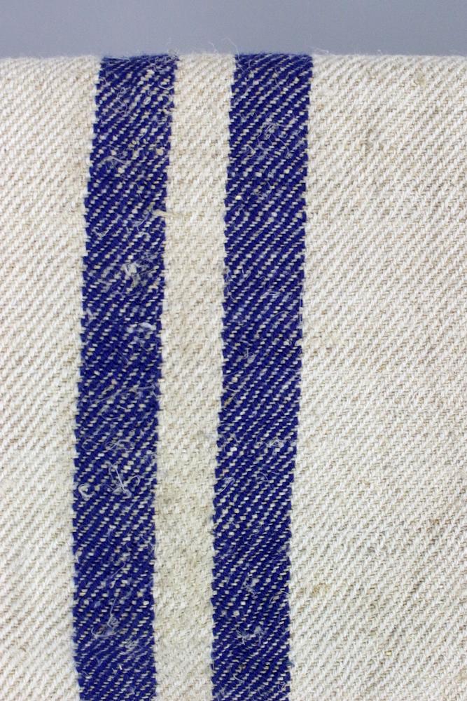 Alter Getreidesack mit blauen Streifen