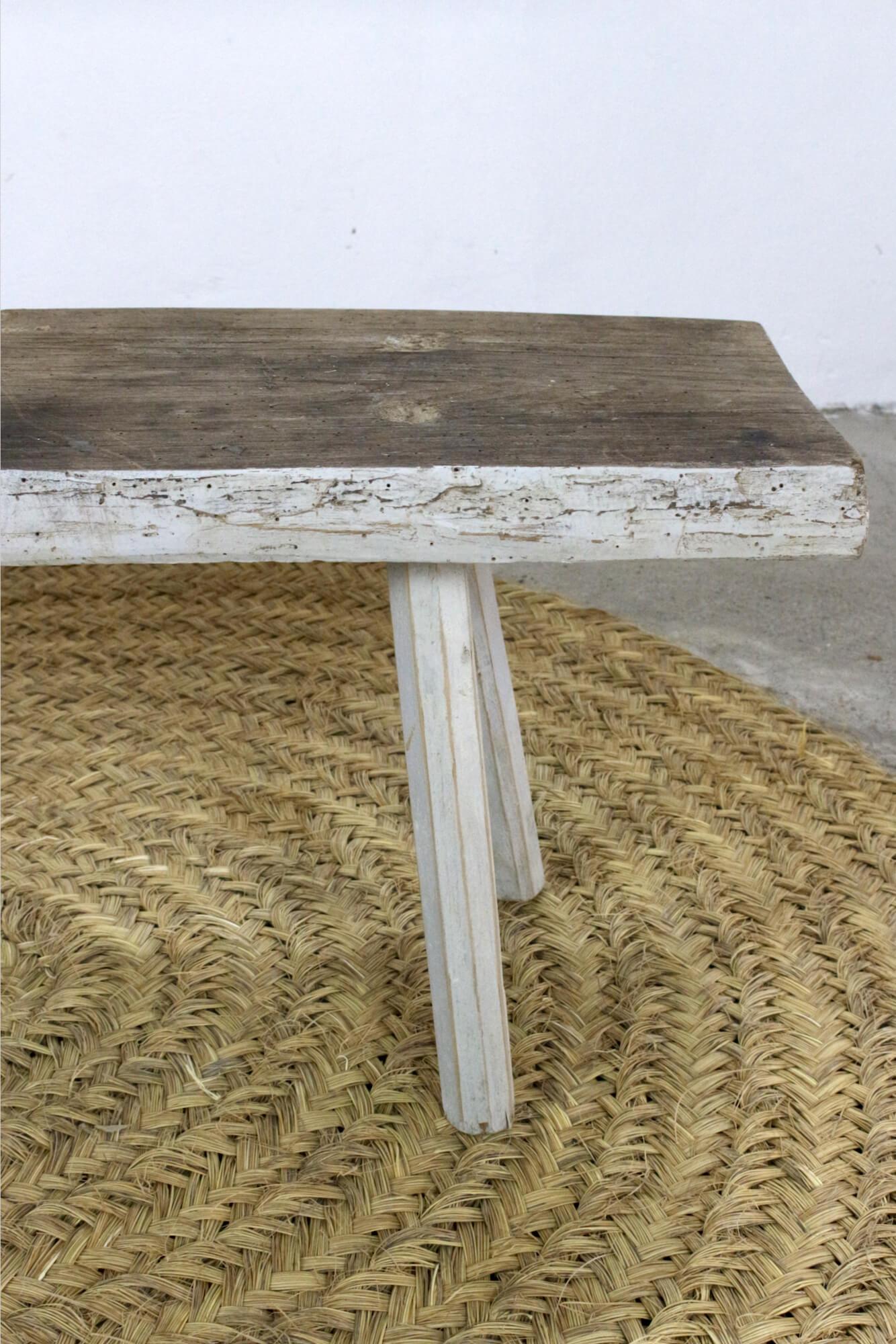 Alte Holzbank mit weißen Beinen, 93 cm